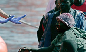 African-migrants-wait-to--006